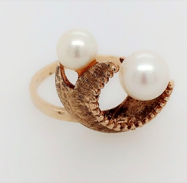 10k Yellow Gold Ring With 2 pearls size 8.5