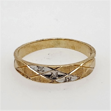 10k yellow gold cross-hatched wedding band w/ 3 small diamonds. Size 9.75