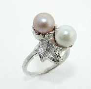 14K white gold flower ring set with:  - 2 pearls 7 - 7.5mm