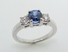 14KW ladies coloured gemstone ring set with: - 0.871 ct sapphire - 2 round brilliant cut diamonds; 0.473 cttw; E/F; I1 very good to good cut