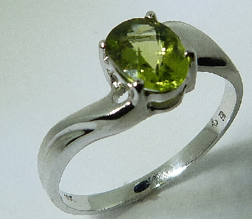 14 karat white gold coloured gemstone ring. Set with a 0.80 carat Peridot ring.