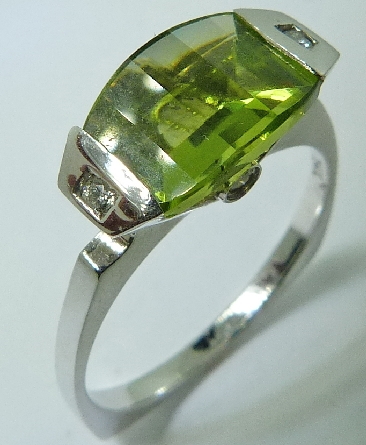 14 karat white gold coloured gemstone ring. Set with a 1.95 carat Peridot